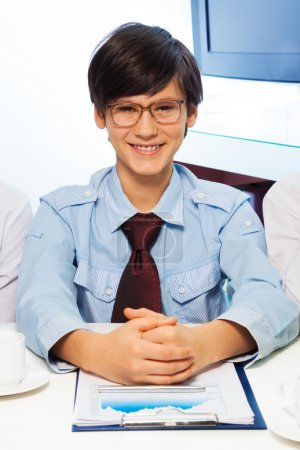 Foto de Niño adolescente pretendiendo ser una gran crecida adultos y trabajo en oficina - Imagen libre de derechos