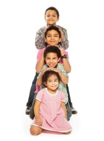 Photo pour Enfants ensemble dans une rangée - frères et sœurs, garçons et filles noirs - image libre de droit