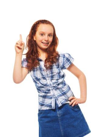 Photo pour Portrait de happy, pointant le doigt ayant gesticulant et idée, fillette de 12 ans avec des cheveux bouclés, isolé sur blanc - image libre de droit