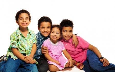Photo pour Gros plan du groupe de frères et sœurs heureux, souriants, riants, câlins - image libre de droit