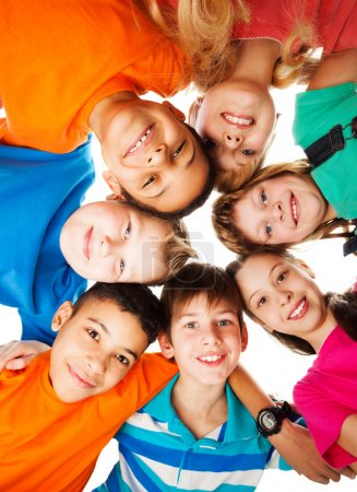 Photo pour 7 enfants regardant vers le bas debout dans un cercle souriant et regardant vers le bas - image libre de droit