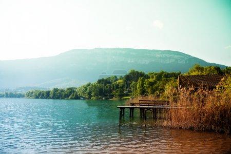 Photo pour Lac d'aiguebelette en France avec Alpes du Sud sur fond - image libre de droit