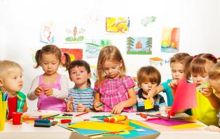 Foto de Gran grupo de niños de niños y niñas en la clase de arte - Imagen libre de derechos
