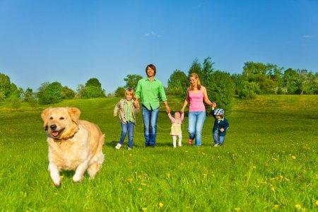 Photo pour Heureuses promenades en famille avec chien de course dans le parc en été - image libre de droit
