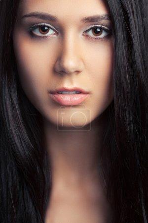 Photo pour Closeup portrait faec belle femme brune avec longs poils - image libre de droit