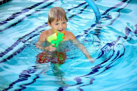 Le bonheur est un pistolet à eau dans une piscine