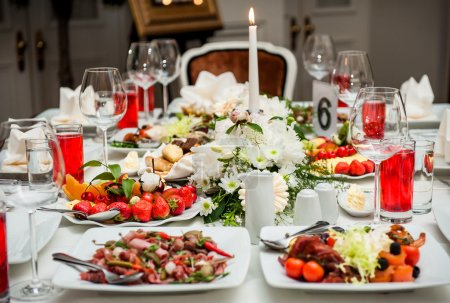 Photo pour Table de banquet de luxe au restaurant - image libre de droit
