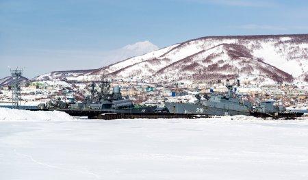 Photo pour Vue des navires navals sur le port de Petropavlovsk-Kamchatsky. Extrême-Orient, Russie - image libre de droit