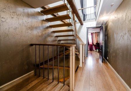 Photo pour Escalier en bois à la maison - image libre de droit