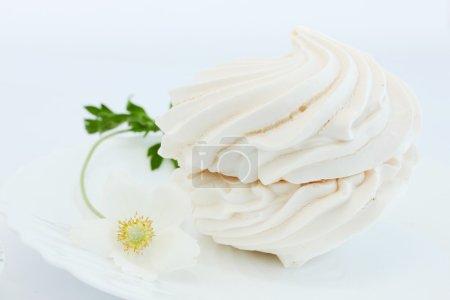 Photo pour Grande meringue aux fleurs d'hellébore - image libre de droit