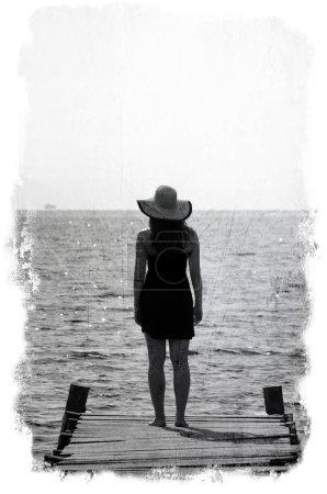 Photo pour Image grunge de femme attendant le quai - image libre de droit