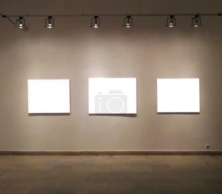Photo pour Cadres vides dans la salle de la galerie - image libre de droit