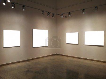 Photo pour Galerie murs avec cadres vierges - image libre de droit
