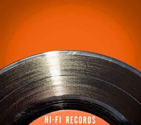Photo pour Disque vinyle sur fond rouge - image libre de droit