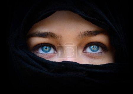 Photo pour Yeux belle femme bleu derrière le foulard noir en levant - image libre de droit
