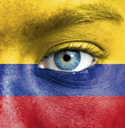 Photo pour Visage humain peint avec le drapeau de la Colombie - image libre de droit