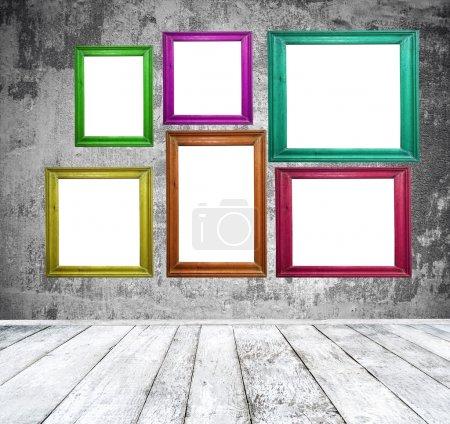 Photo pour Salle vide avec cadres photo multicolore - image libre de droit