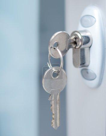 Photo pour Possibilité de verrouillage de porte touches macro shot - immobilier concept - image libre de droit