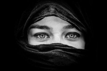 Photo pour Portrait d'une femme belle avec bleu yeux portant foulard noir en noir et blanc - image libre de droit