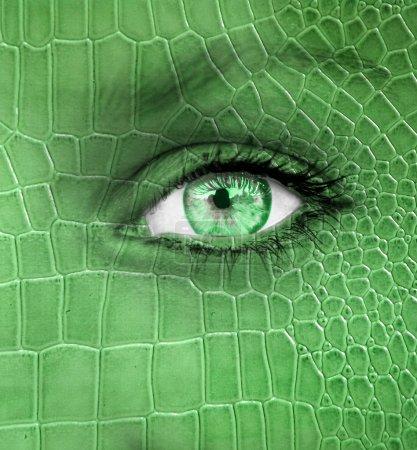 menschliches Gesicht mit Drachenhautstruktur