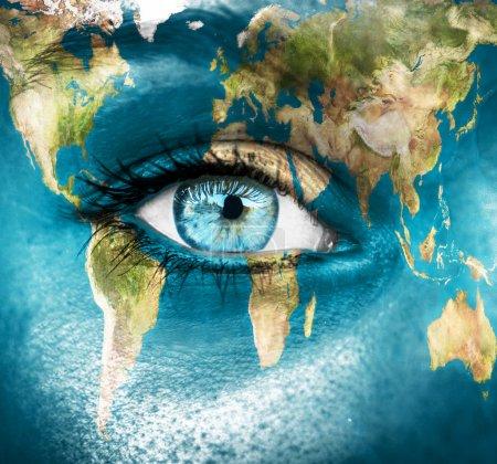 """Photo pour Planète Terre et oeil bleu humain - """"Eléments de cette image fournis par la NASA """" - image libre de droit"""