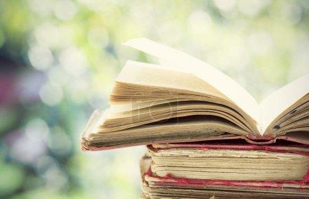 Foto de Cerrar el viejo libro sobre fondo colorido bokeh - Imagen libre de derechos