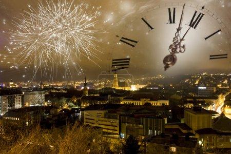 Foto de Vacances feux d'artifice et horloge vers minuit sur la ville - Imagen libre de derechos