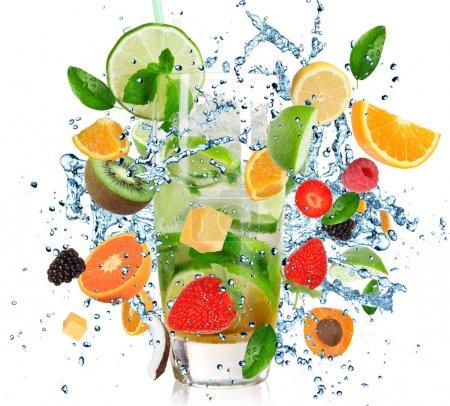 Photo pour Cocktail de fruits avec éclaboussures liquide isolé sur blanc - image libre de droit