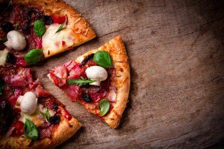 Photo pour Délicieuse pizza italienne servi sur table en bois - image libre de droit