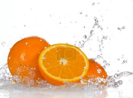 Photo pour Fruits orange avec les projections d'eau - image libre de droit