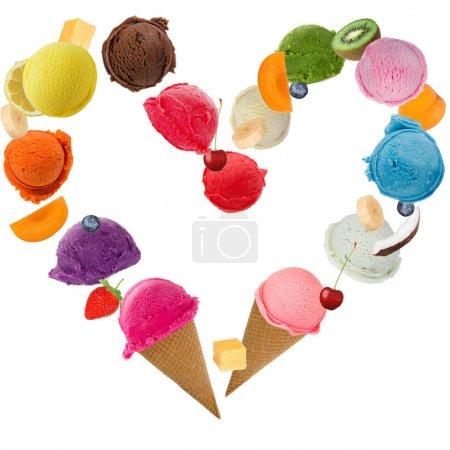 Photo pour Crème glacée coeur sur fond blanc - image libre de droit