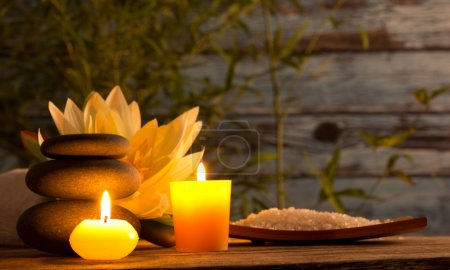 Photo pour Spa nature morte avec des bougies aromatiques - image libre de droit