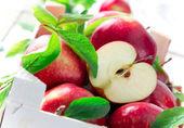 čerstvá červená jablka
