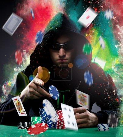 Photo pour Portrait d'un joueur de poker professionnel - image libre de droit