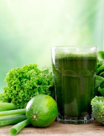 Photo pour Jus de légumes vert sain sur la table en bois - image libre de droit