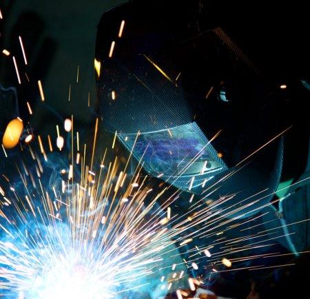 Photo pour Soudeurs en action avec des étincelles brillantes. construction et fabrication thème. - image libre de droit