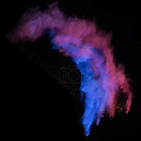 Photo pour Poudre colorée en forme abstraite isolée sur fond noir, gros plan . - image libre de droit