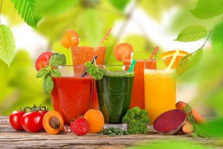 Photo pour Mélange de jus frais fruits, boissons saines sur table en bois . - image libre de droit