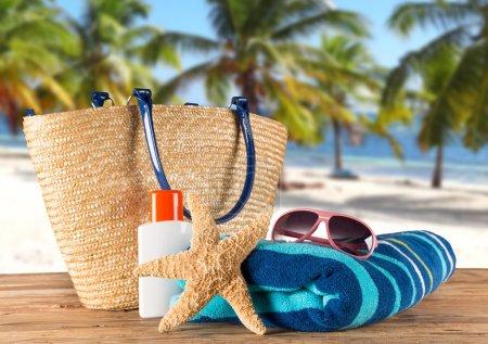 Photo pour Accessoires d'été sur la plage de sable, gros plan . - image libre de droit