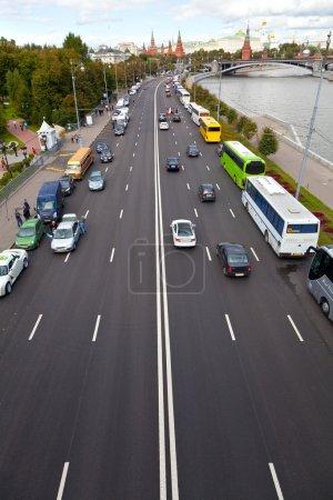 Photo pour Route urbaine avec voitures. Vue d'en haut. Le Kremlin, Moscou . - image libre de droit