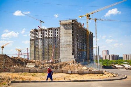 Photo pour Le chantier de construction. Construction du nouveau bâtiment. Grues de construction . - image libre de droit