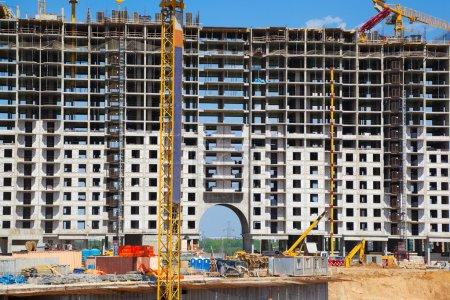 Photo pour Site de construction. Grue de construction jaune au premier plan . - image libre de droit