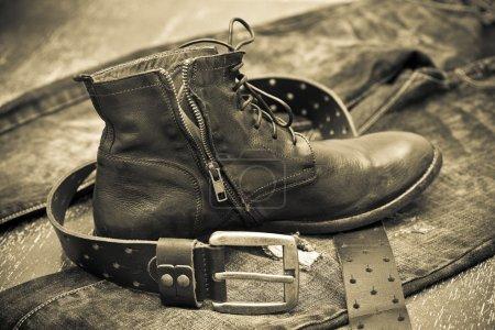 Photo pour Chaussures en cuir à la mode, ceinture en cuir et jeans. style cow-boy - image libre de droit