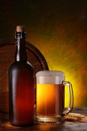 Photo pour Nature morte avec un fût de bière et bière pression près du verre . - image libre de droit