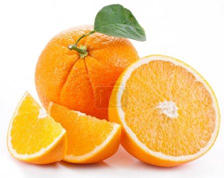 Photo pour Orange avec feuilles sur fond blanc. - image libre de droit