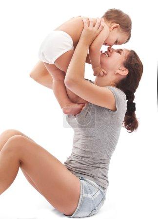 Photo pour Heureuse mère joue avec bébé. isolé sur fond blanc. - image libre de droit