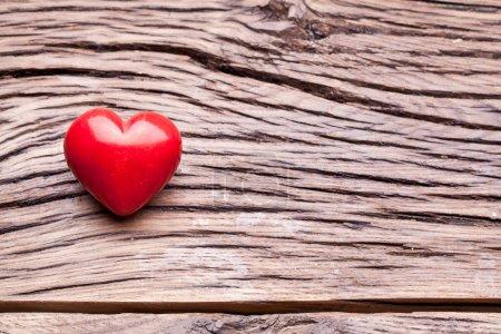 Photo pour Saint Valentin. Coeur rouge sur une table en bois sombre . - image libre de droit