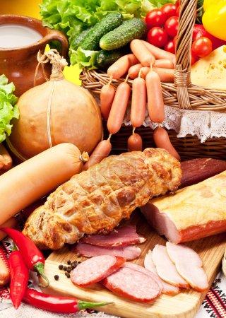 Photo pour Variété de saucisses avec des légumes et des produits laitiers. - image libre de droit
