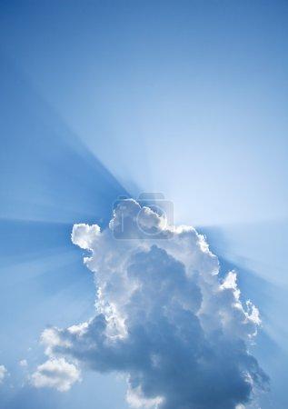 Foto de Rayos del sol asoma detrás de las nubes. - Imagen libre de derechos