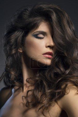 Photo pour Joli modèle avec une belle coiffure et maquillage - image libre de droit